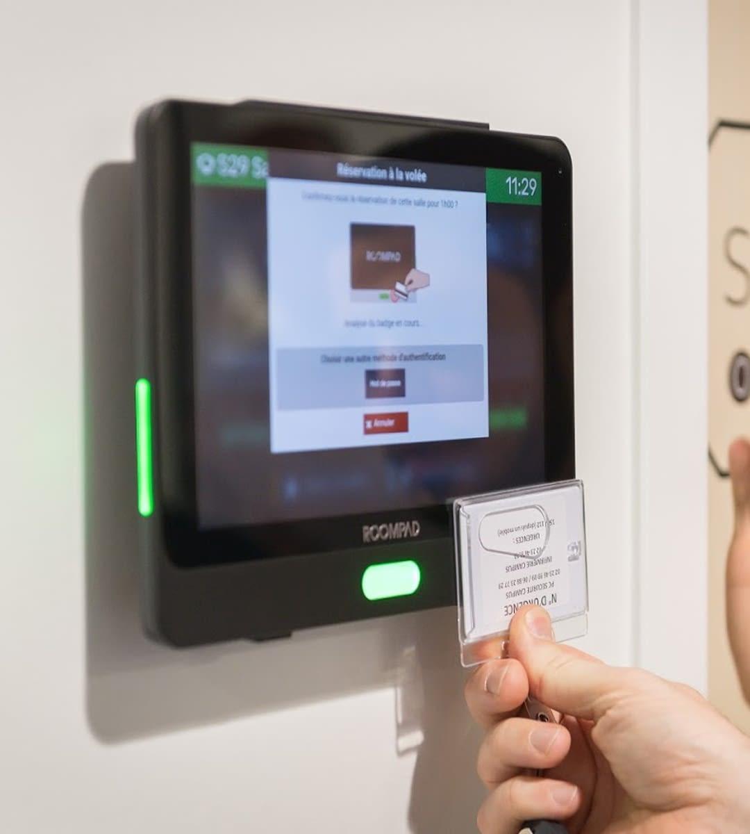 boitier de réservation de salle roompâd de sharing cloud installé par wipple