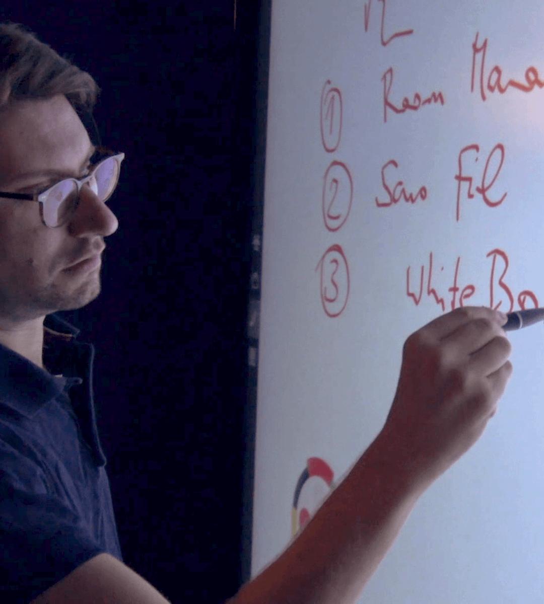 Wipple : intégrateur audiovisuel - homme qui écrit sur un écran tactile