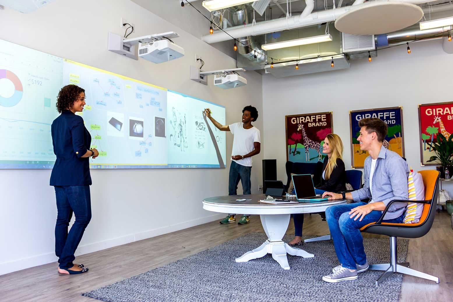 salle de créativité avec mur interactif hoylu