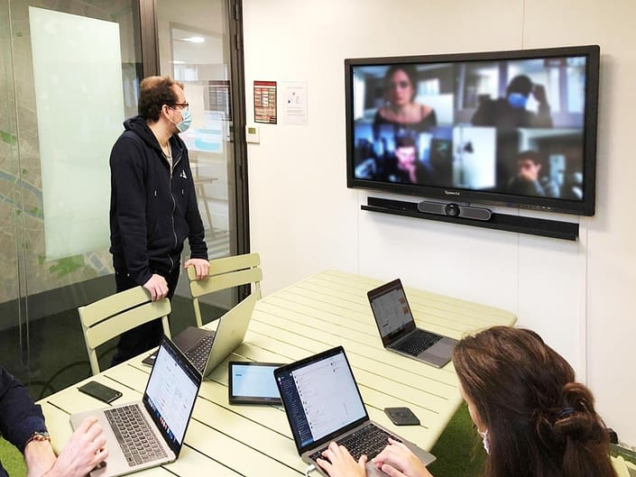 Salle de réunion hybride google workspace