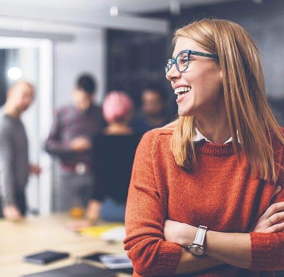 batiment smart workplace équipe heureuse